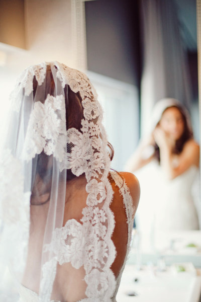 Noiva de cabelo solto e mantilha