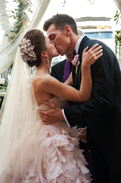 7d48eb20d0 Amei absolutamente tudo nesse vestido de noiva Monique Lhuillier. Da cor